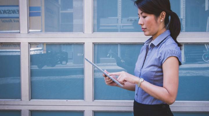 Mujer con tableta