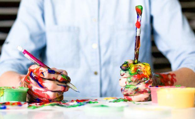 Manos cubiertas de pintura