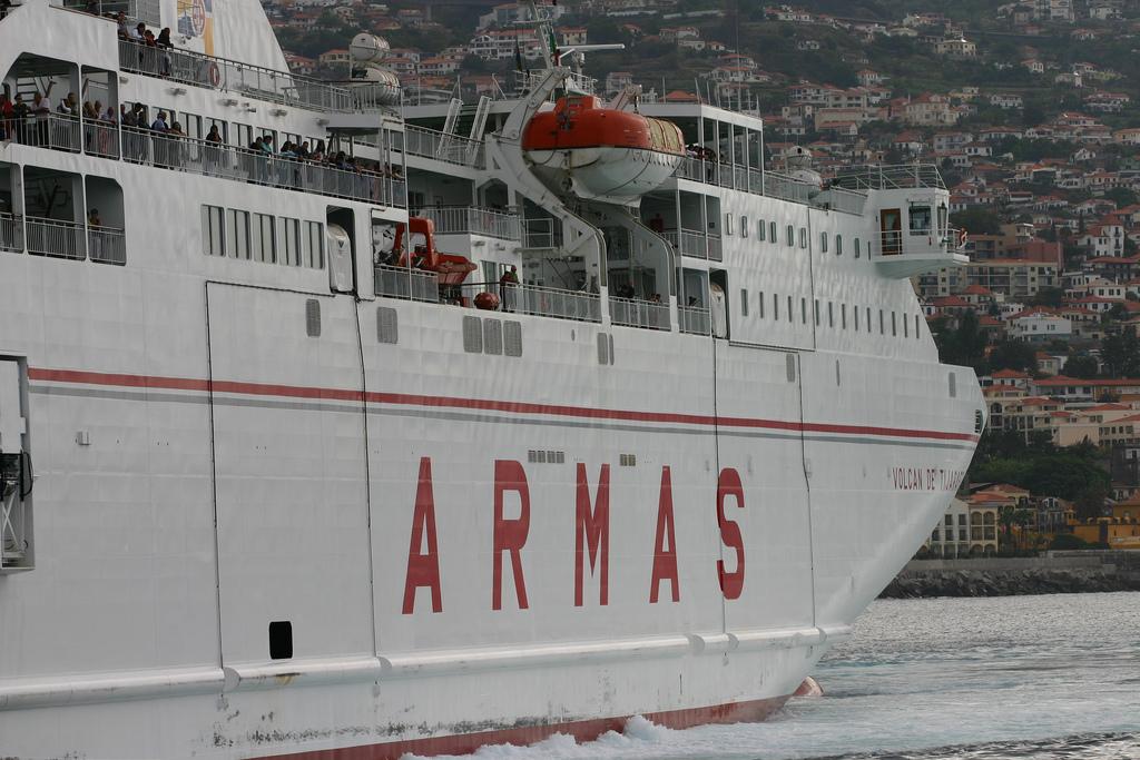 Ferry en el puerto de Funchal
